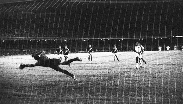 Pelé bateu no mesmo canto do goleiro Andrada, que quase pegou