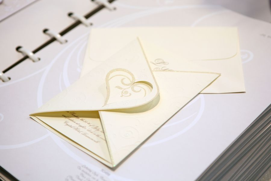 Tire todas as suas dúvidas sobre o convite de casamento / Shutterstock