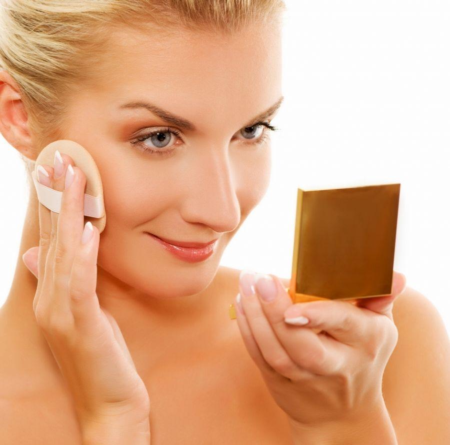 Aplicar o corretivo, base e pó antes de preparar a pele faz a maquiagem desmanchar antes da hora / Shutterstock / Nejron Photo