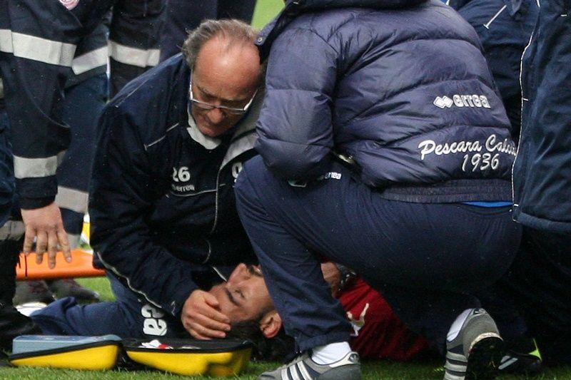Piermario Morosini recebeu atendimento ainda no campo neste sábado / Luciano Pieranunzi/AFP