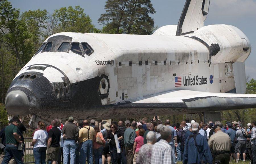 Ex-tripulantes do Discovery também estiveram presentes em Chantilly, na Virginia, para inaugurar exposição do ônibus espacial / Saul LOEB/ AFP PHOTO