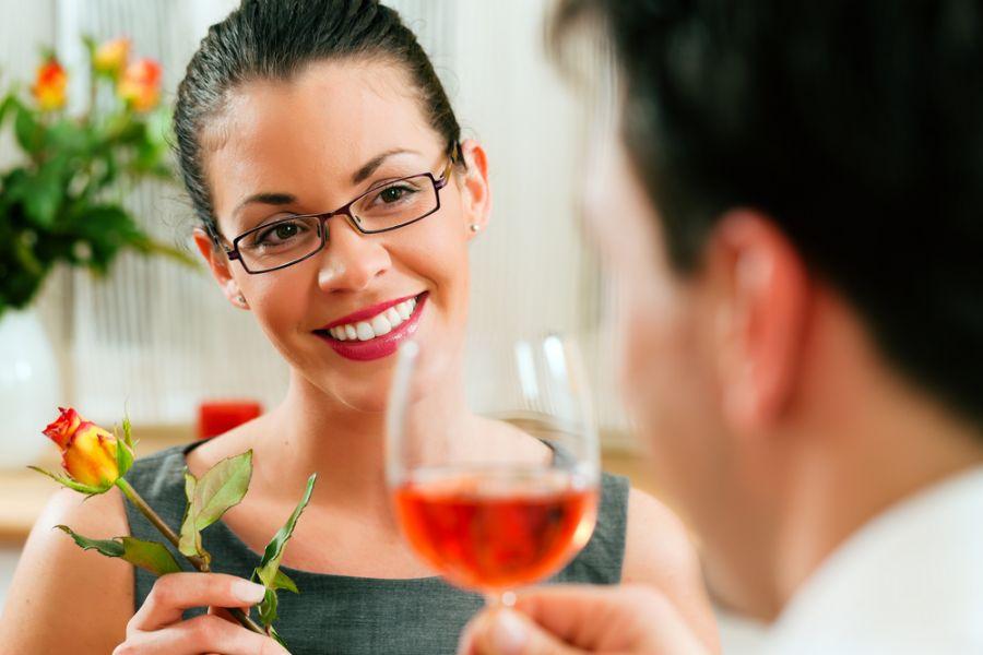Mulheres em idade reprodutiva passam mais tempo se comunicando com o sexo oposto do que os homens, dia estudo / Kzenon / Shutterstock