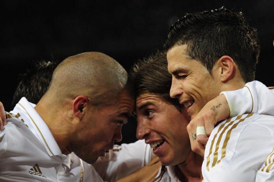 Pepe, Sergio Ramos e Cristiano Ronaldo festejam: quase campeões / Javier Soriano/AFP