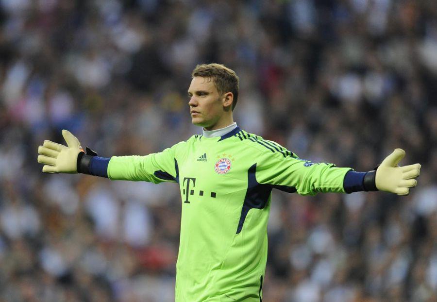 Neuer comemora classificação do Bayern à final da Liga após defender pênaltis de Kaká e Cristiano Ronaldo / DANI POZO/AFP