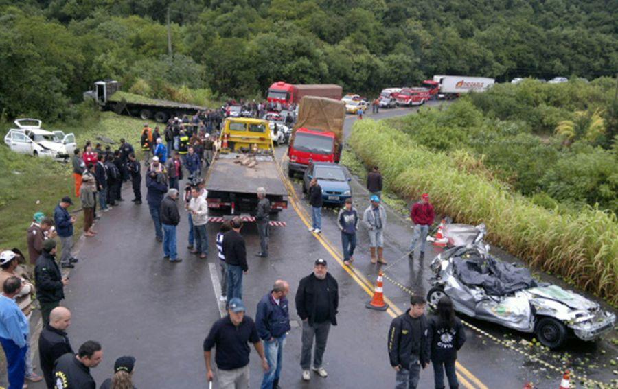 Acidente envolveu um caminhão e seis carros na RS-122, em Farroupilha / Ricardo Wolffenbüttel/ Agência RBS/ AE