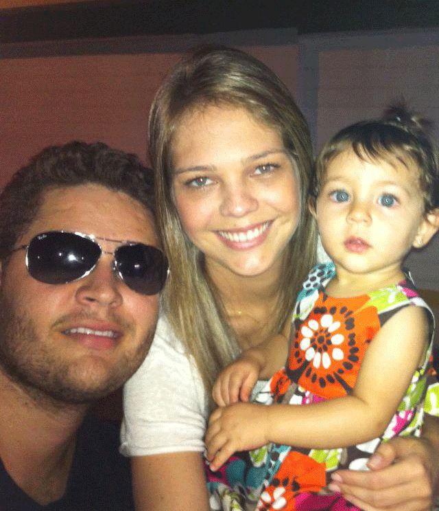 Pedro em foto com a mulher e a filha / Divulgação/Facebook