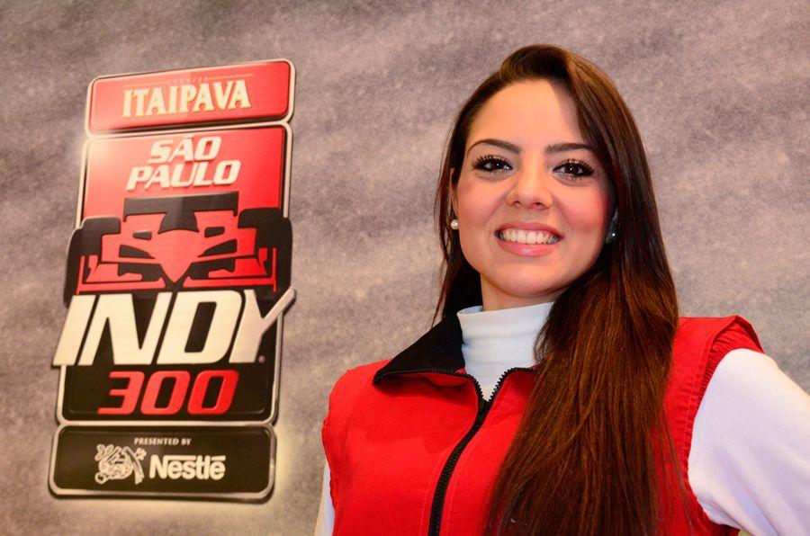 Morena esbanja o sorriso com o logo da Indy atrás