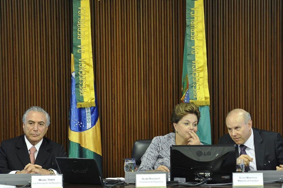 Dilma Rousseff entre o vice-presidente Michel Temer e o ministro da Fazenda, Guido Mantega / Fabio Rodrigues Pozzebom/ABr