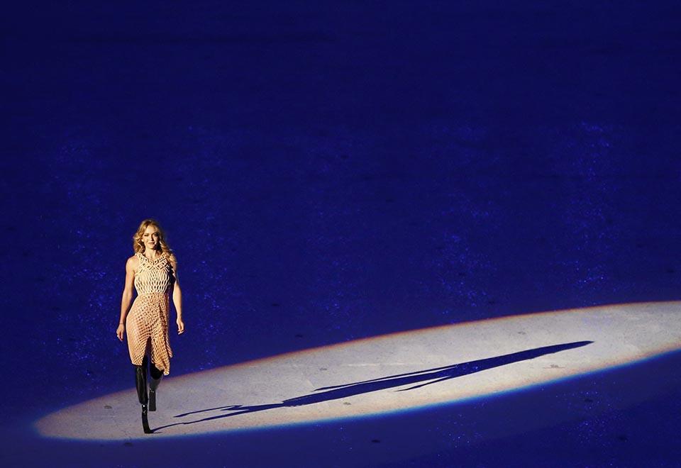 Biamputada, Amy Purdy emociona em dança com robô