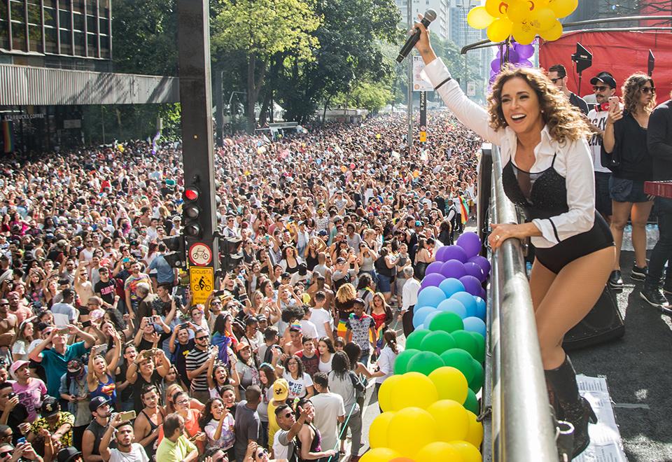 Daniela Mercury e Anitta levantam público na Parada LGBT