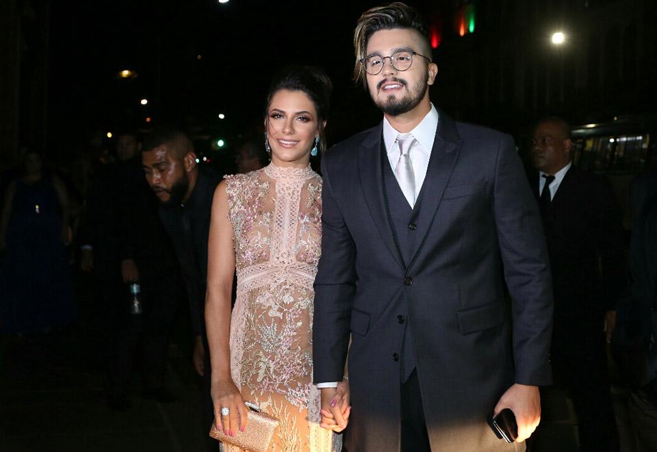 Também padrinho, Luan Santana chegou acompanhado pela namorada, Jade Magalhães - Foto: Anderson Borde e Wallace Barbosa/AgNews