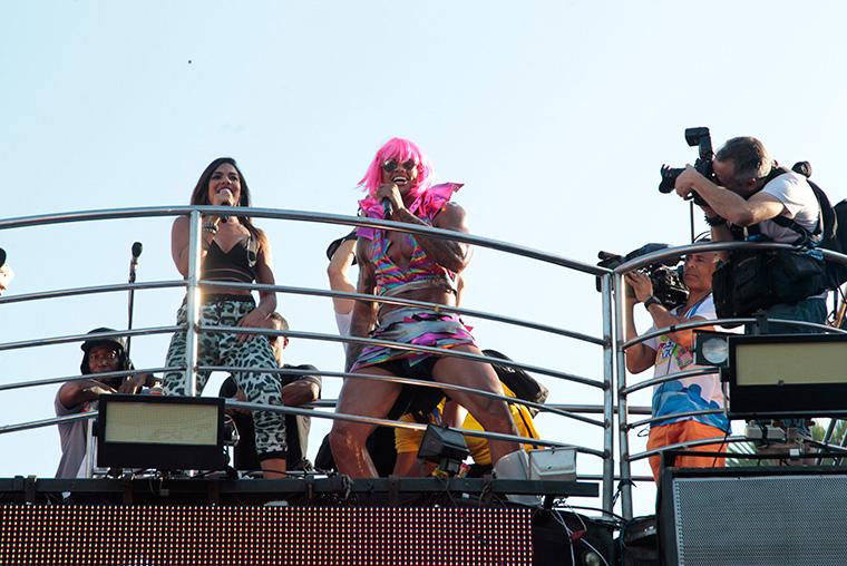 Léo Santana e Vingadora levam foliões à loucura em bloco