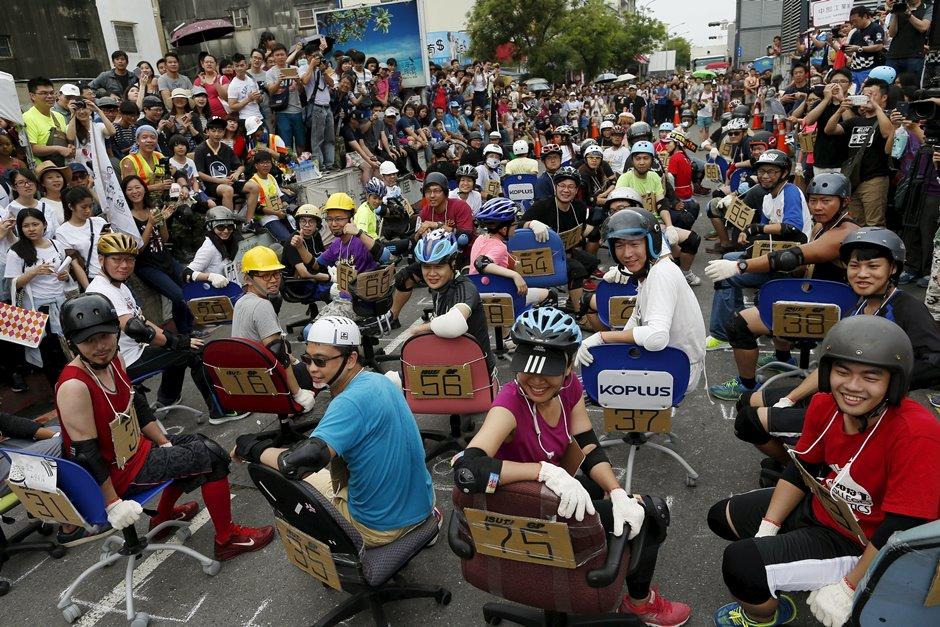 Competidores participam de corrida de cadeira de escritório em Taiwan
