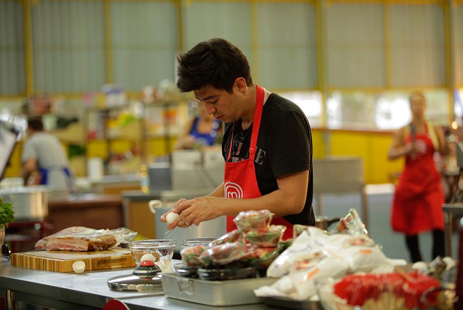 Participantes do MasterChef cozinham para cadetes da FAB