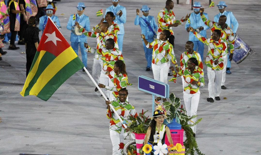 A delegação de Togo usou todas as cores da bandeira do país