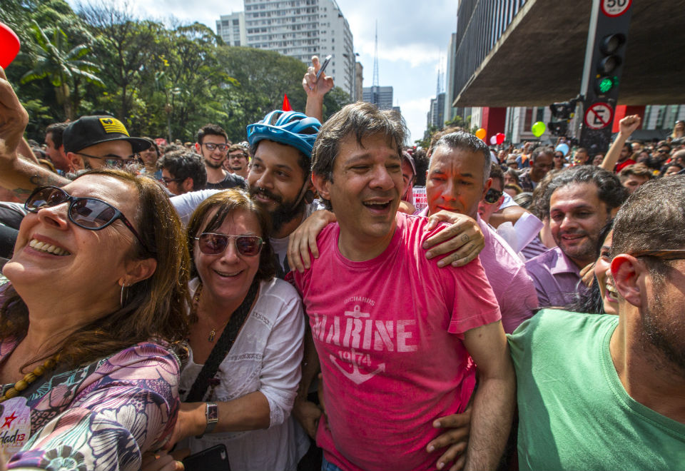 O prefeito de São Paulo, Fernando Haddad, participou de ato em seu apoio na Avenida Paulista, na tarde deste domingo (9)