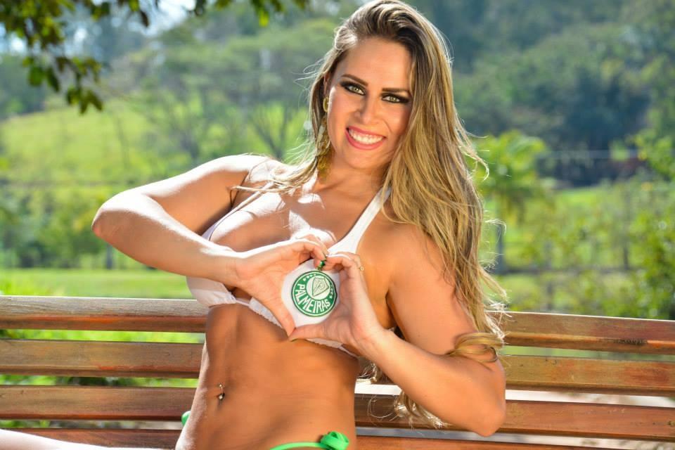 A bela demonstra sua paix�o pelo Palmeiras
