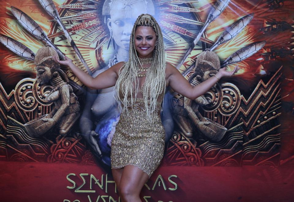 Viviane Araújo exibe novo look na quadra do Salgueiro