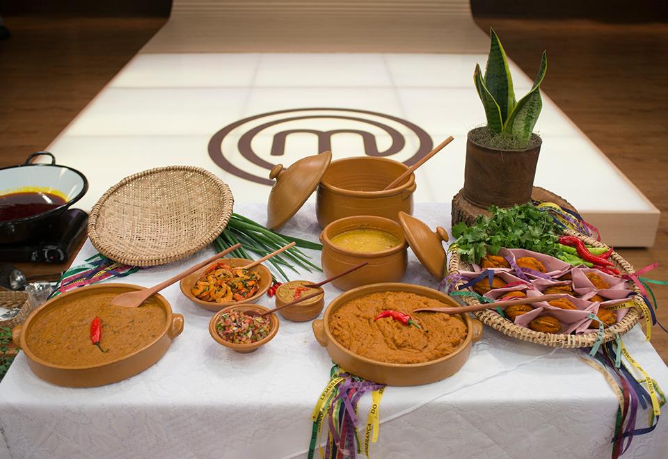 Participantes preparam acarajé e caldo de sururu