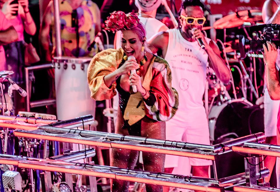 Alinne Rosa comemora Carnaval com fantasia tropical