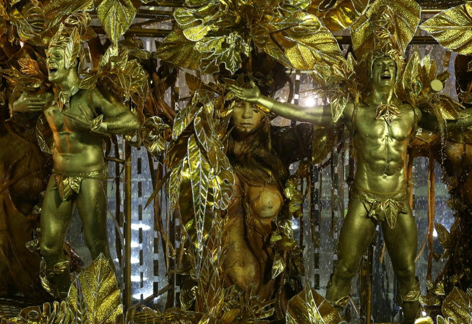 Sambistas fizeram performance de corpos pintados