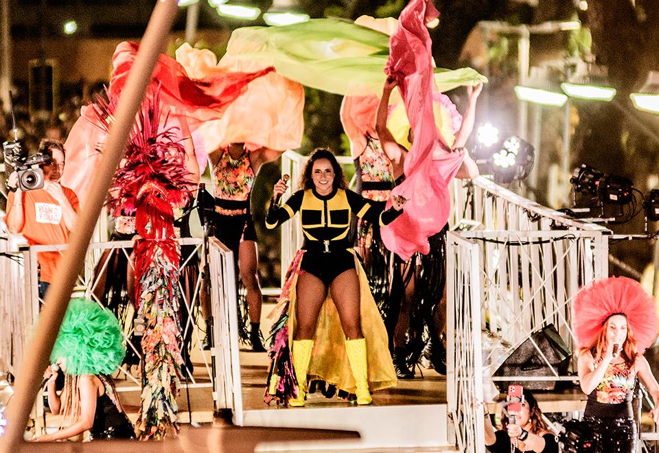 Daniela Mercury traz cores do arco-íris LGBT para o Triatro