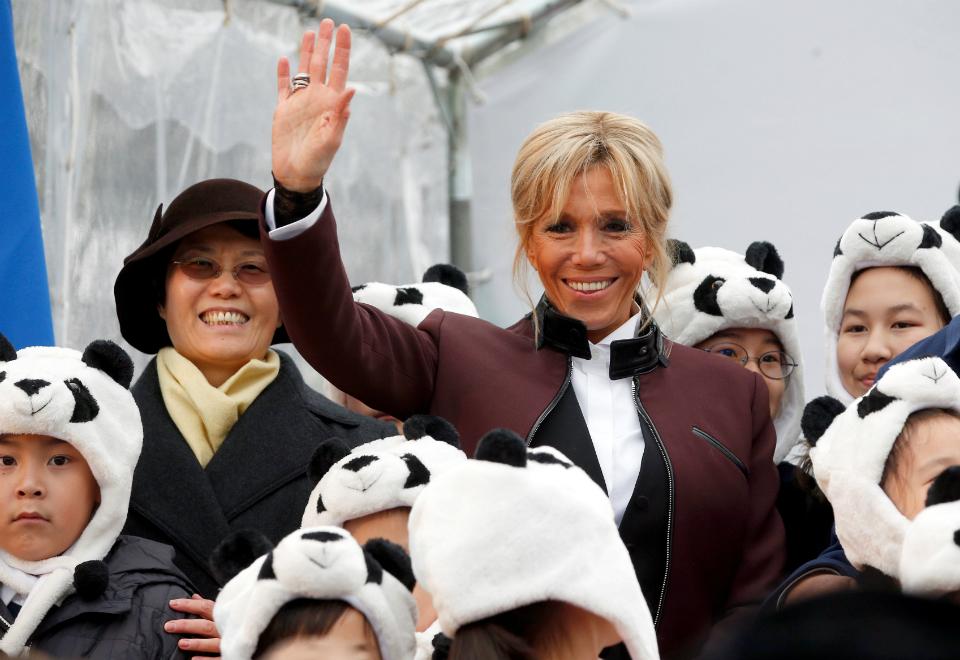 Brigitte posou com crianças no evento