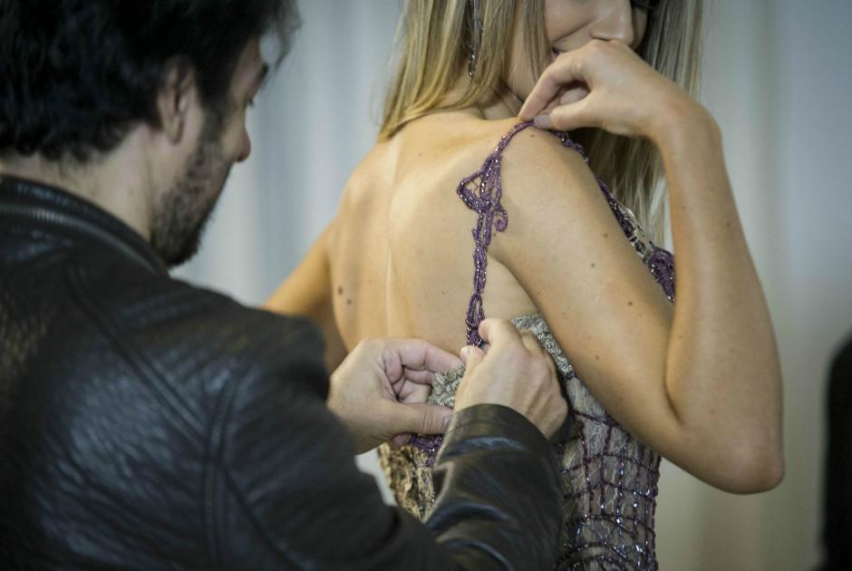 Prova de vestido de gala com modelos confeccionados por Alexandre Dutra