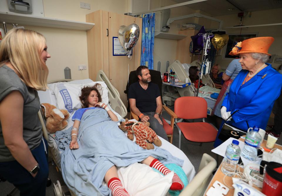Rainha Elizabeth visita feridos em atentado de Manchester