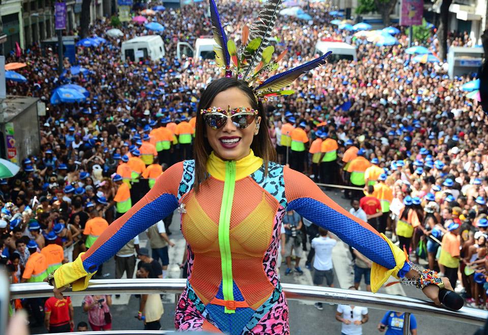 Anitta arrasta 400 mil pessoas em bloco pós-Carnaval