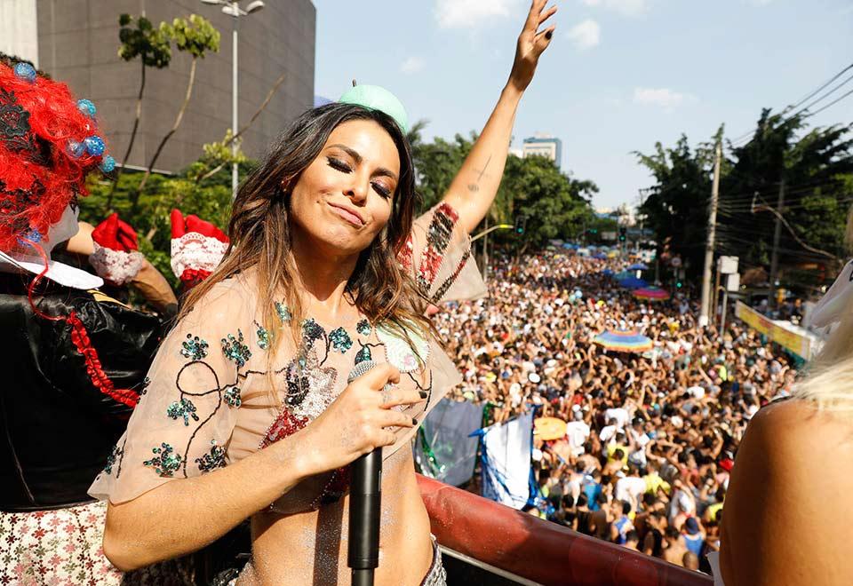 Alinne Rosa vira maçã verde sensual em pré-Carnaval de SP
