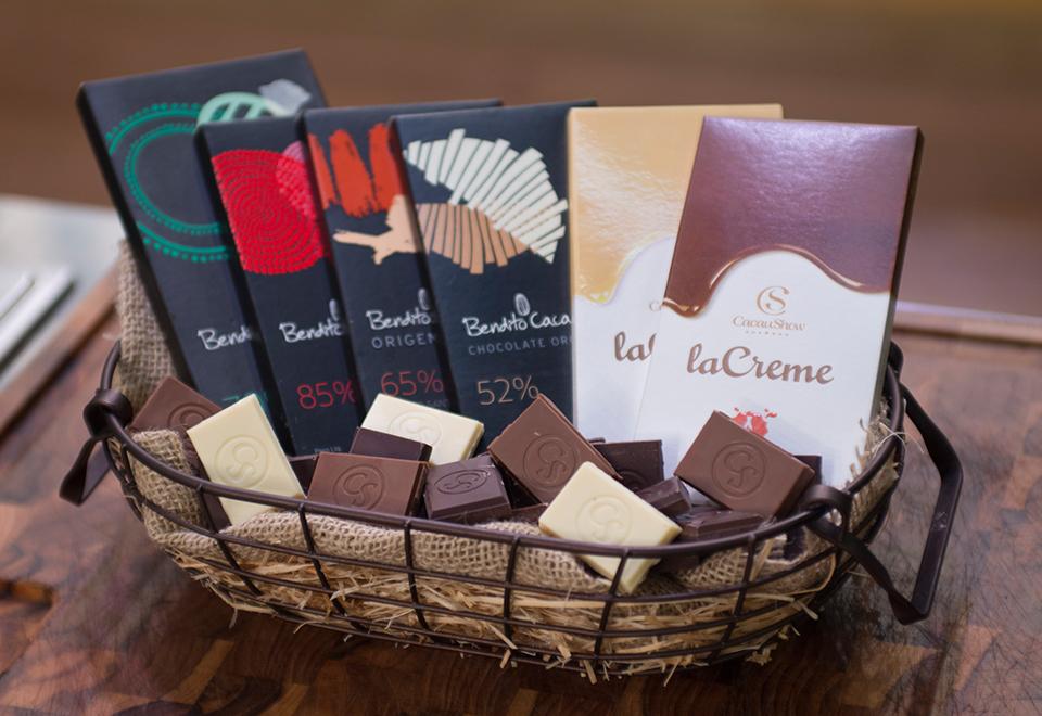 Competidores cozinham para chocolatier Alê Costa