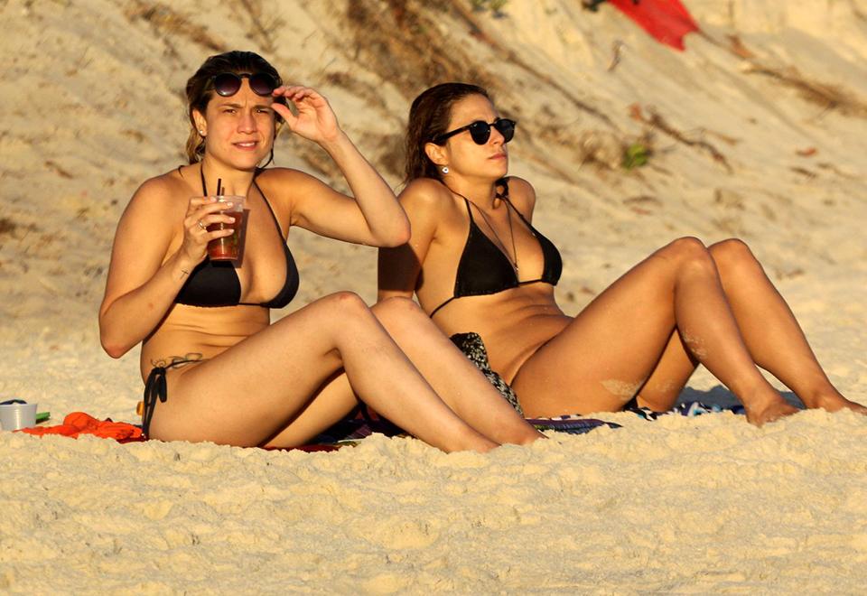 Fernanda Gentil curte praia com a namorada no Rio de Janeiro