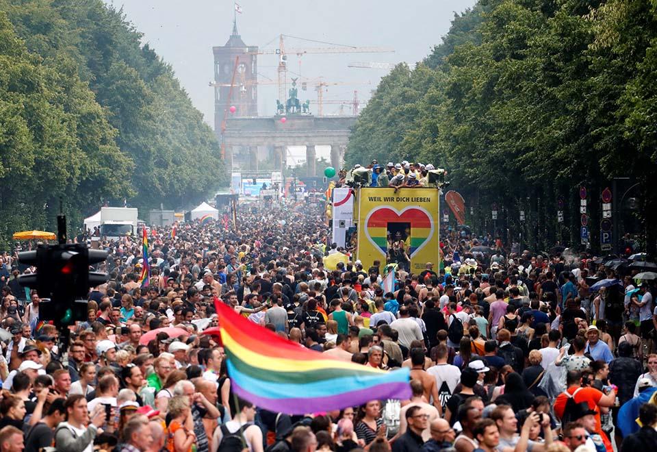 Público lota parada LGBT de Berlim