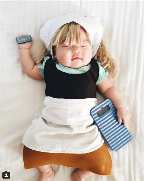 Mãe fantasia filha enquanto bebê dorme
