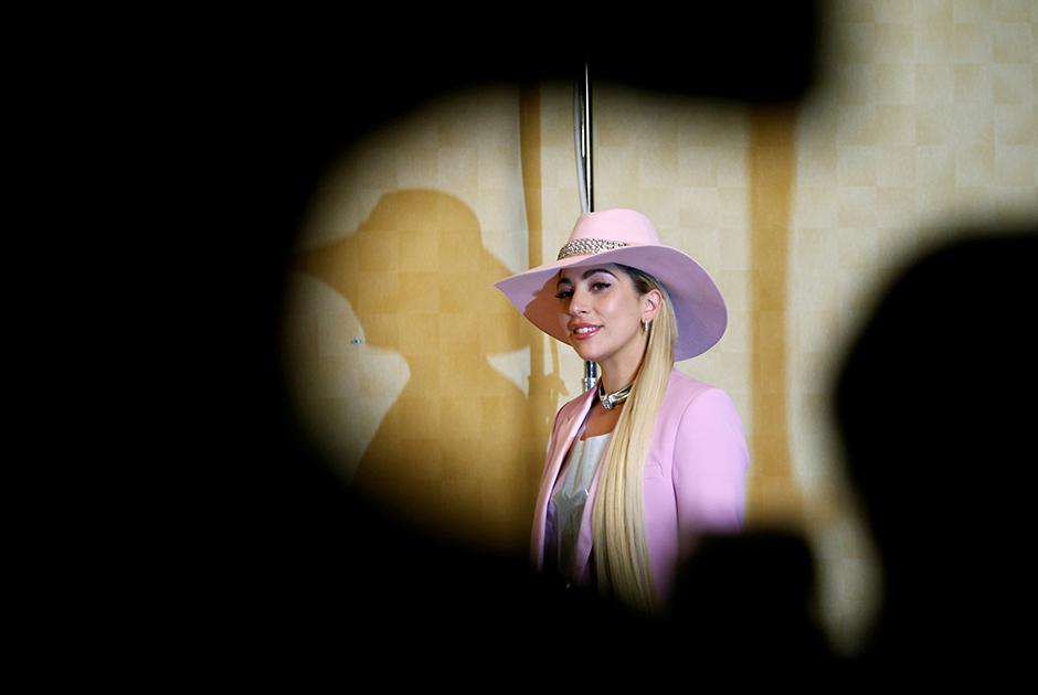 Lady Gaga exibe pernas ao promover novo álbum