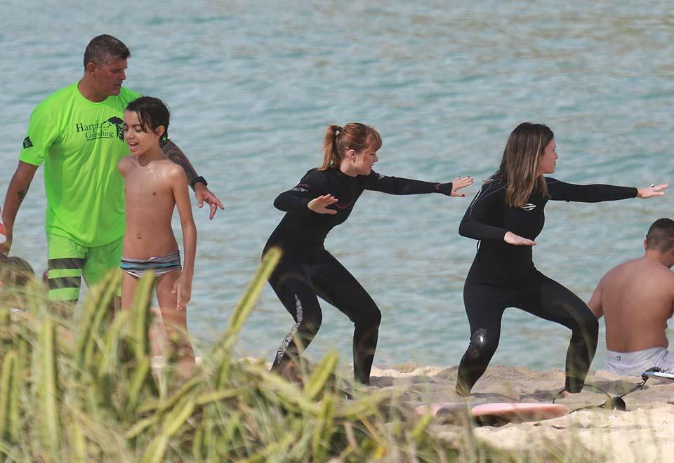 Mariana Ximenes faz aula de surfe no Rio de Janeiro