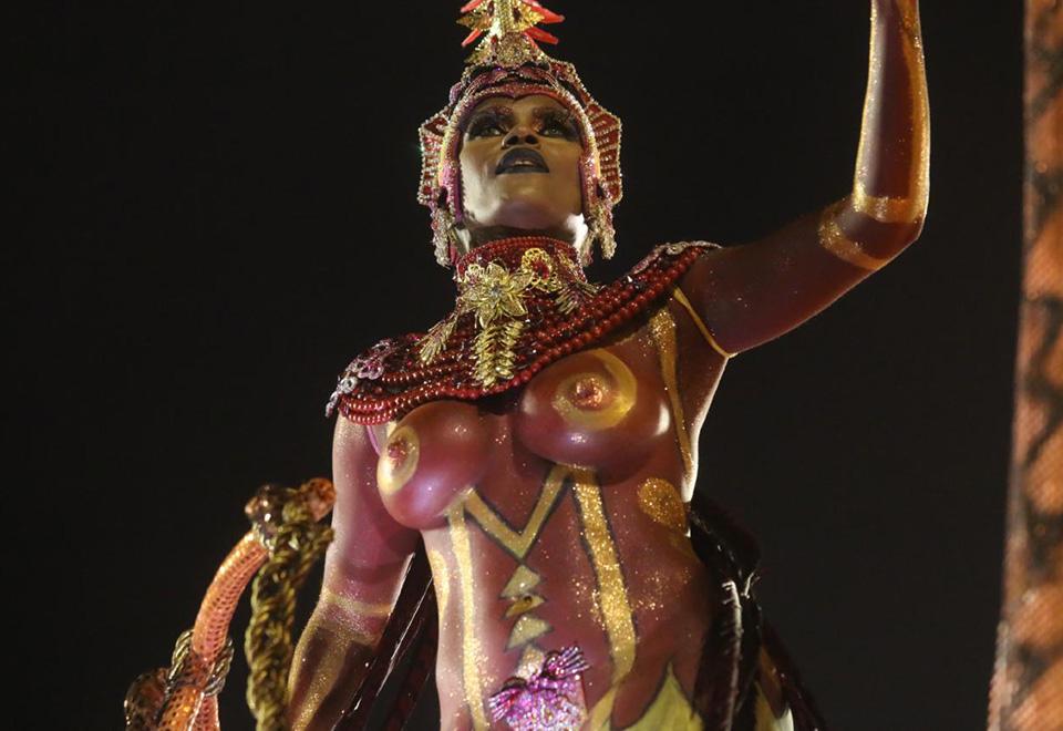 Cris Alves veio com o corpo pintado no desfile do Salgueiro