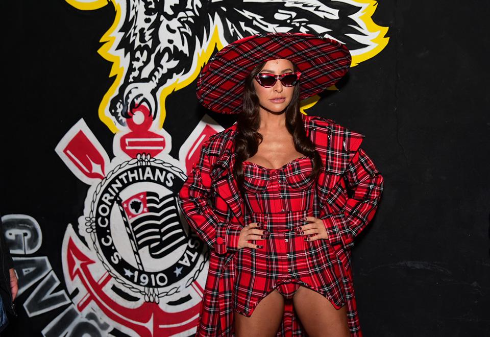 Sabrina Sato rouba a cena no lançamento do samba-enredo da Gaviões