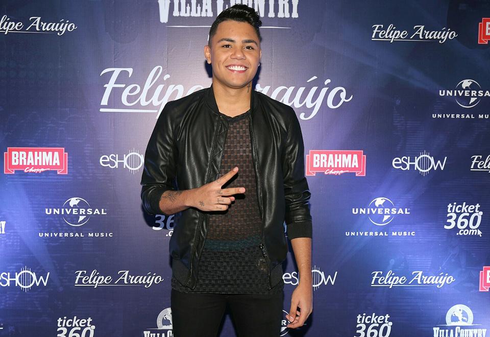 Felipe Araújo homenageia irmão Cristiano em show