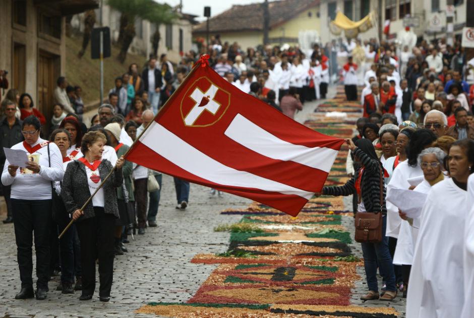 Fiéis confeccionam tradicionais tapetes de Corpus Christi