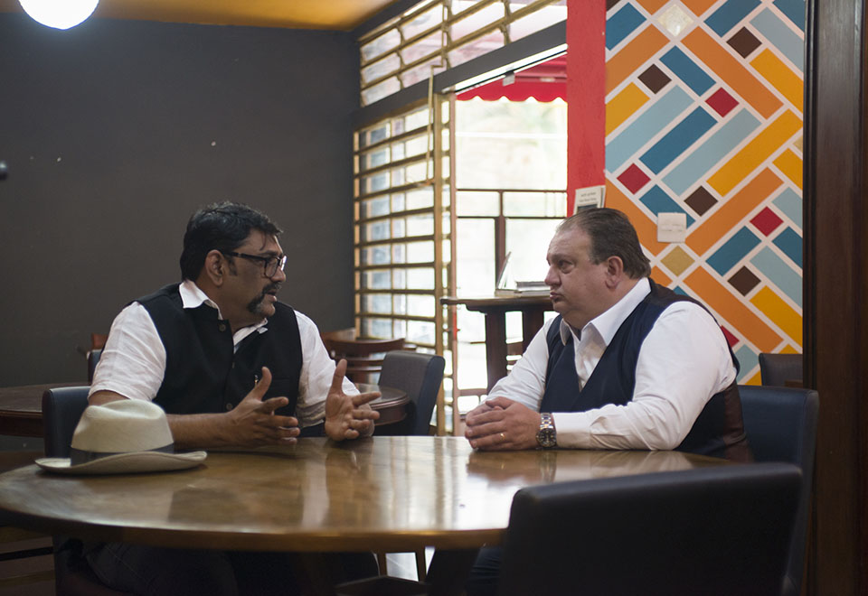 Jacquin ajuda o restaurante indiano Samosa
