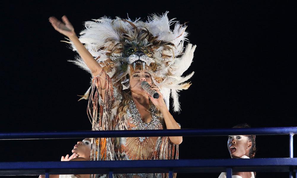 Daniela Mercury se apresenta com penacho na cabeça