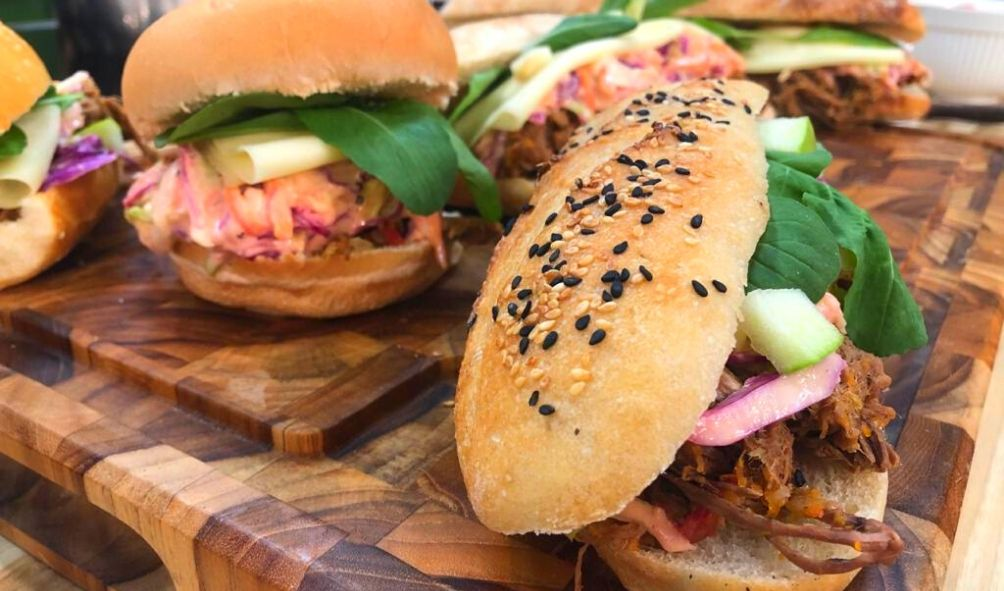 Sanduíche especial de carne de panela