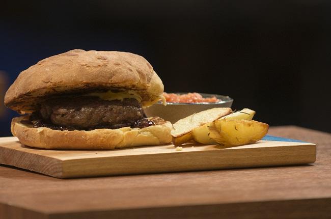 Hambúrguer de fraldinha e linguiça | Band Receitas