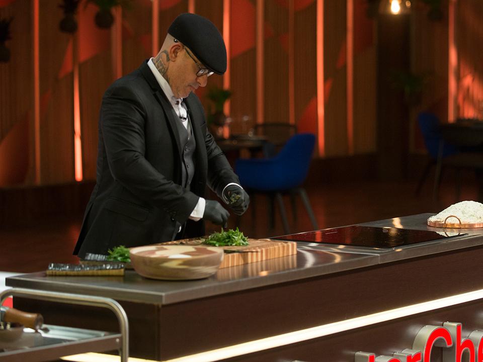 O jurado explicou como fazer o prato para os participantes