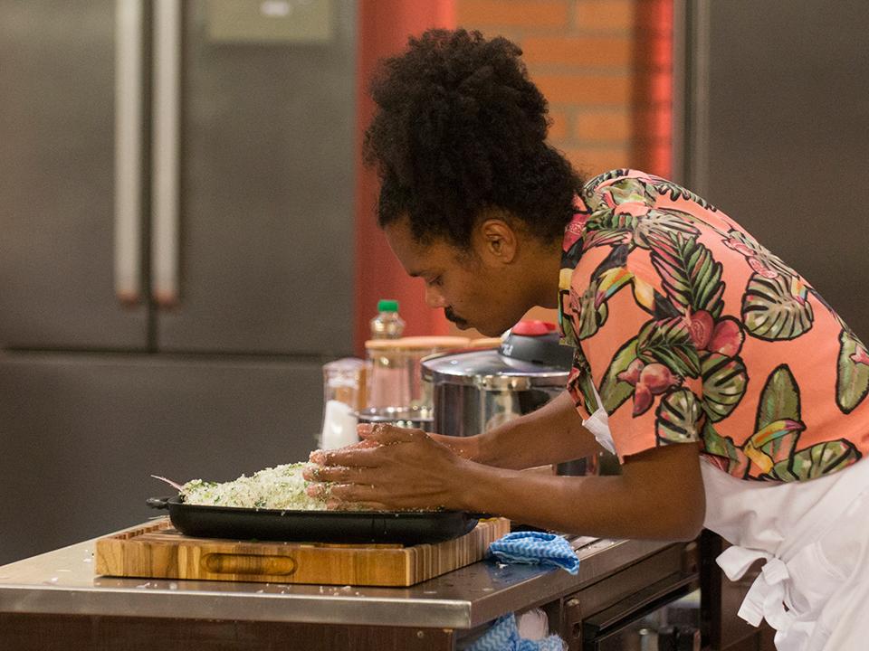 Bruno colocou bastante sal grosso para fazer o pargo
