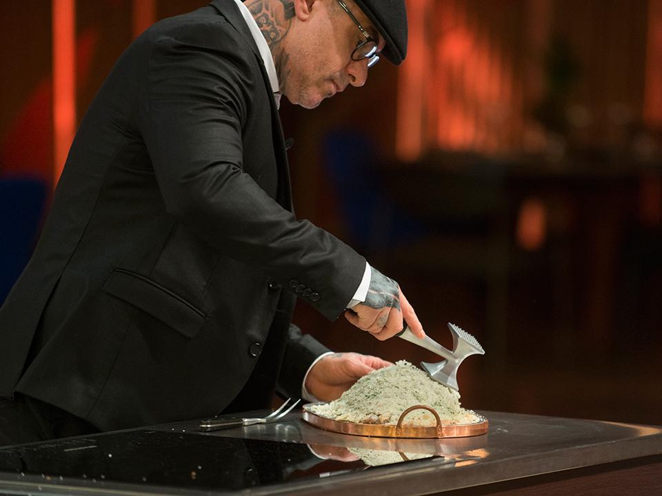 Fogaça mostrou a técnica exata para retirar o peixe do sal grosso