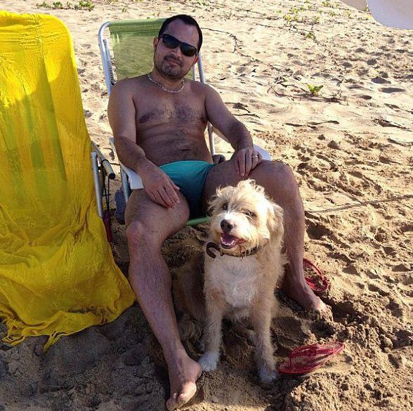 Luciano Camargo é clicado de sunga na praia   Famosos
