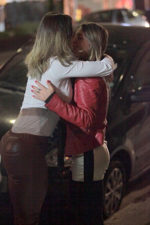 Graciella Carvalho e Marianne Ranieri trocam beijos em p  250 blico   L  233 o    Graciella Carvalho Marianne Ranieri